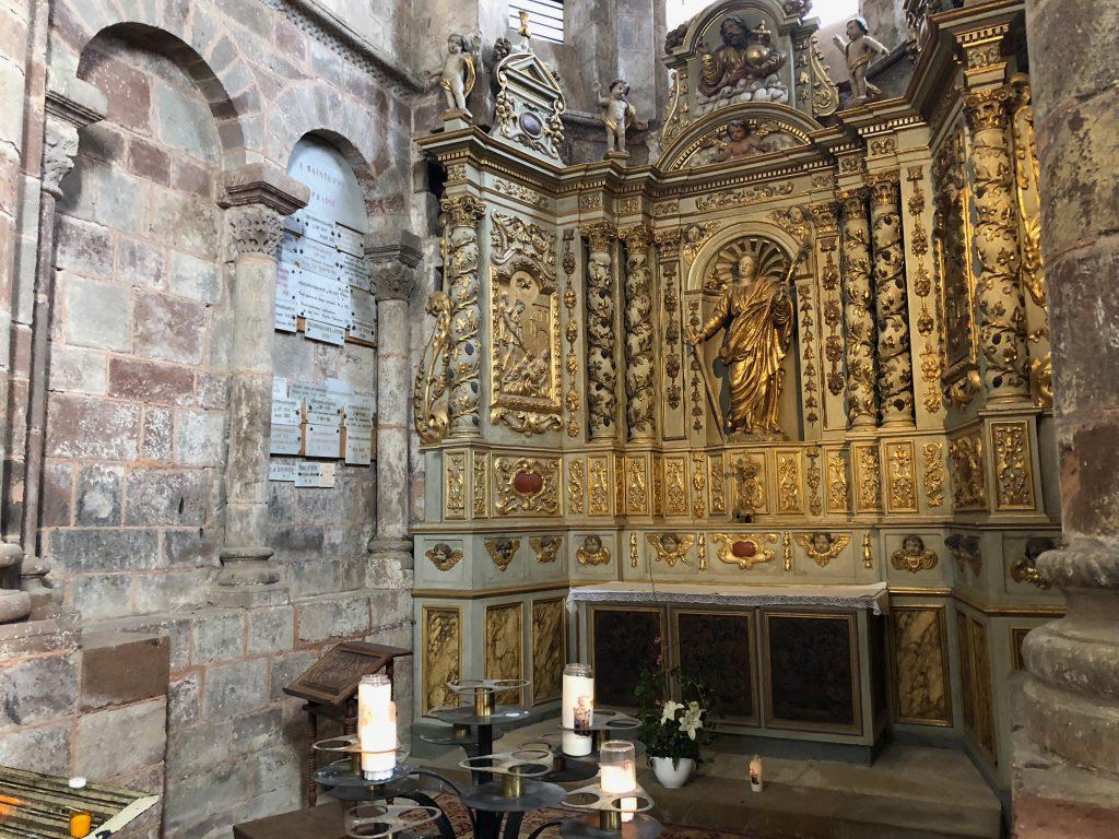 Seitenaltar in der Klosterkirche von Conques