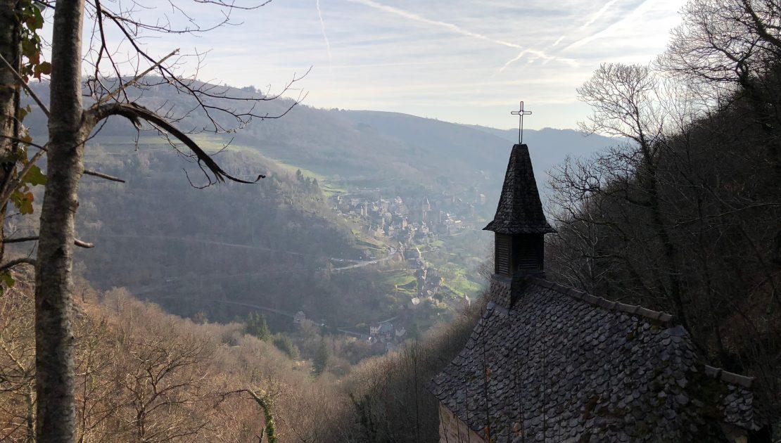 Kapelle Ste Foy mit Conques im Hintergrund